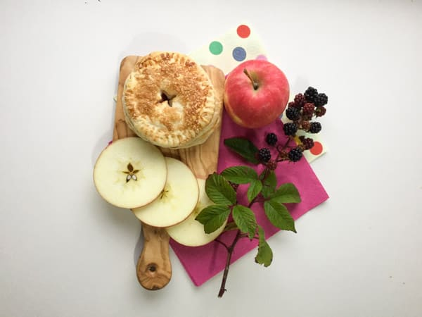 Blackberry and Apple Pie with apple slices